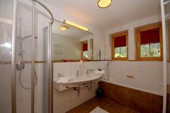 Modernes Bad mit Dusche